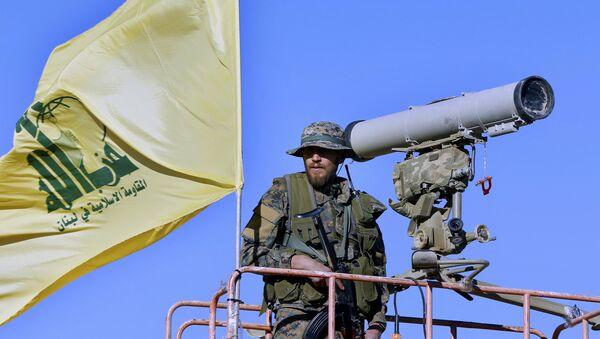 Hezbollah fighter stands at a watchtower (File) - Sputnik France