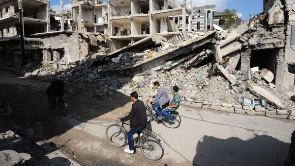 Местные жители на одной из улиц в сирийском городе Хомс. - Sputnik France