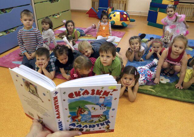 Lecture d'un conte aux enfants d'une école maternelle à Kaliningrad