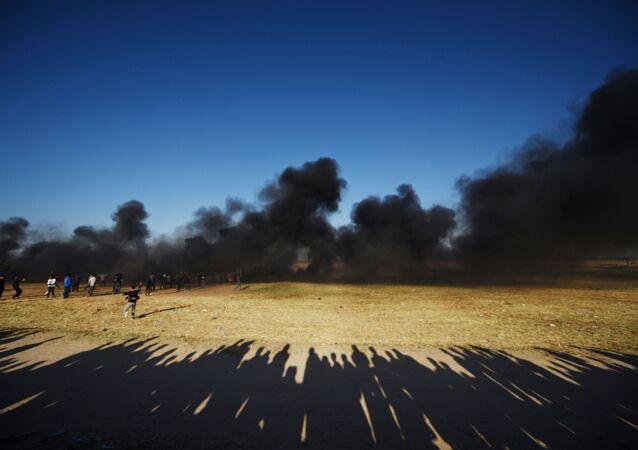Des manifestants palestiniens pendant les affrontements avec les militaires israéliens sur la frontière entre Israël et la bande de Gaza