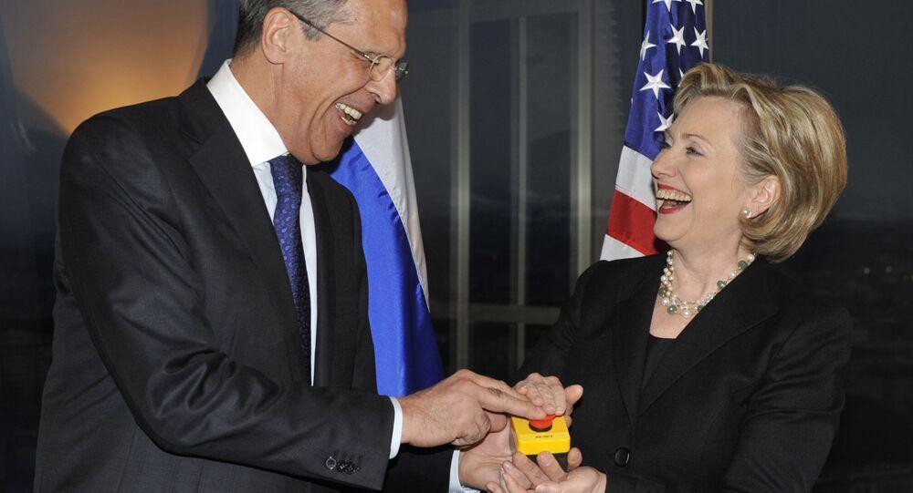 Sergueï Lavrov et Hillary Clinton pressent le bouton symbolique redémarrage (mars 2009)