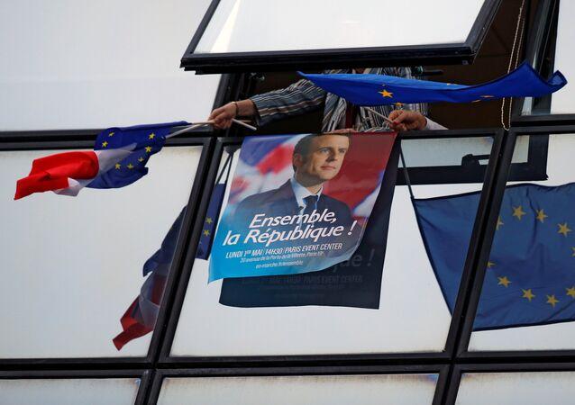 Un poster con Emmanuel Macron y las banderas de UE