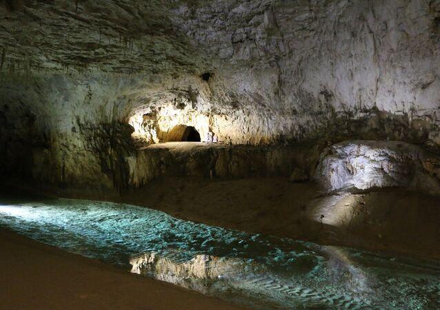 Une grotte, image d'illustration