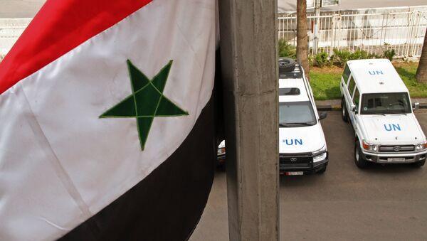 Машины наблюдателей ООН около гостиницы Safar в Хомсе. - Sputnik France