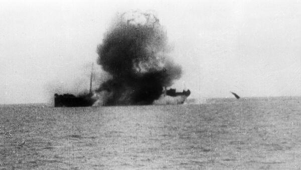 Un navire torpillé pendant des exercices navals (archives photo) - Sputnik France