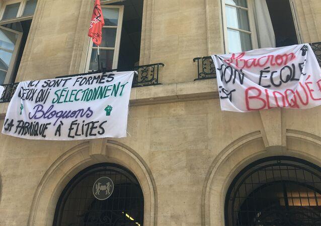 La «fabrique à élite» Sciences Po bloquée, les étudiants refusent de «finir comme Macron»