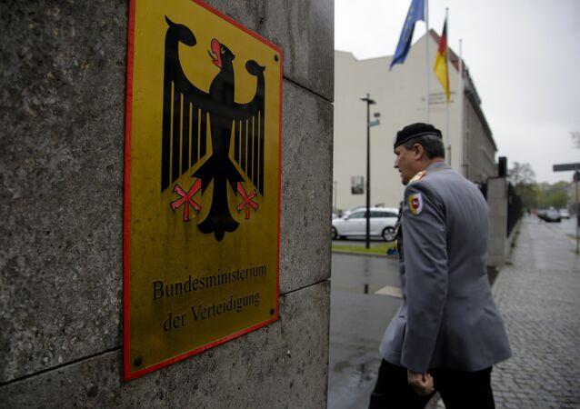 Un officier allemand devant le siège du ministère de la Défense