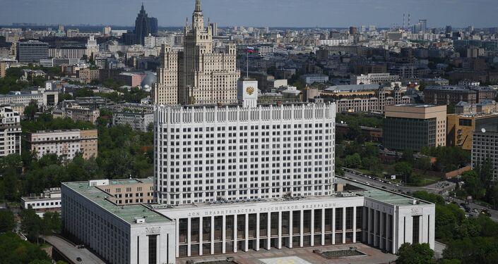 Le gratte-ciel stalinien sur la Place Koudrine derrière la Maison du gouvernement de Russie