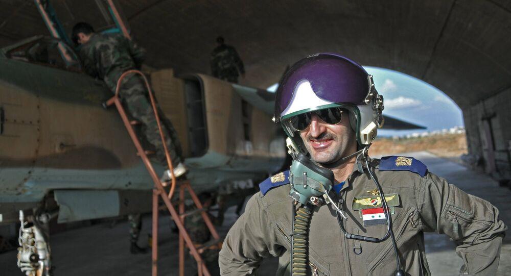 Un pilote des forces aériennes syriennes dans la base aérienne de Hama