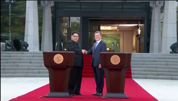 South Korean President Moon Jae-in and North Korean leader Kim Jong Un shake hands after delivering a joint statement during the inter-Korean summit at the truce village of Panmunjom, in this still frame taken from video, South Korea April 27, 2018 - Sputnik France