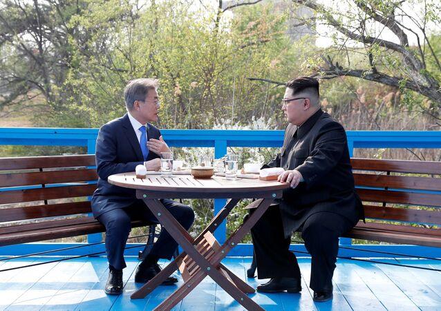 Moon Jae-in (à gauche) et Kim Jong Un