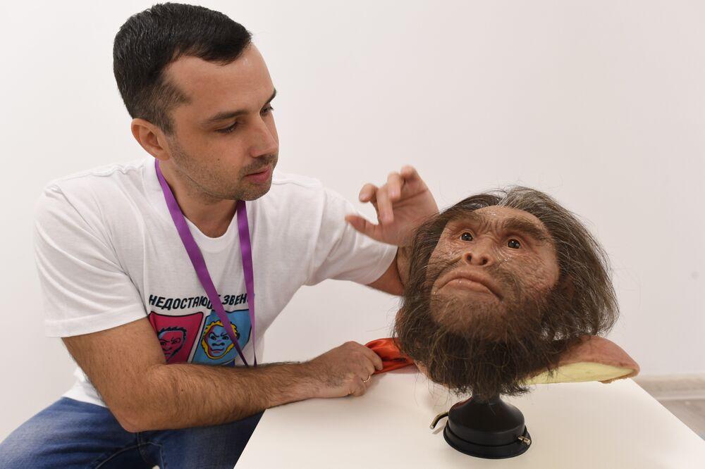 Gueorgui Sokolov présente une reconstitution de l'apparence de l'homme préhistorique Homo naledi (auteur – Anatoli Alexandrov) dans la maison-commune de l'Université nationale de science et de technologie MISiS dans le cadre du festival Journée du chaînon manquant.