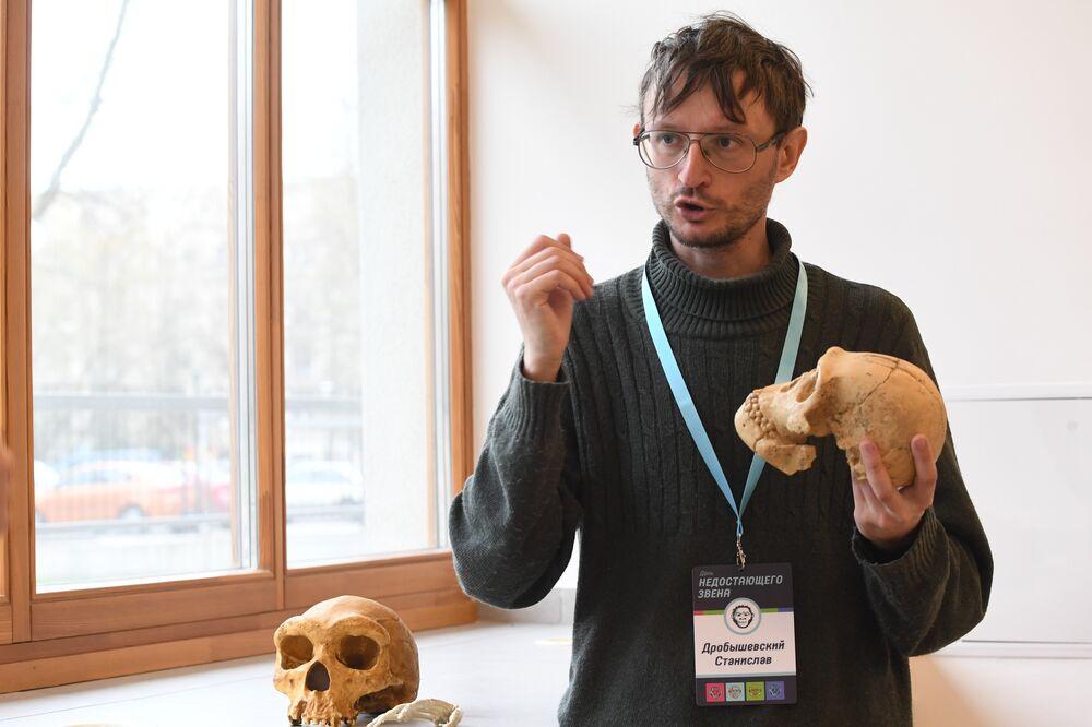 L'anthropologue Stanislav Drobychevski présente le moulage du crâne de l'Homo naledi en comparaison avec le crâne humain
