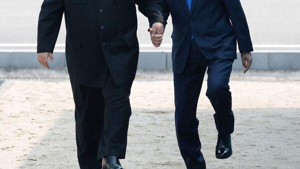 Лидеры Северной и Южной Корей Ким Чен Ын и Мун Чжэ Ин во время встречи в деревне Пханмунджом в демилитаризованной зоне, разделяющей две Кореи - Sputnik France
