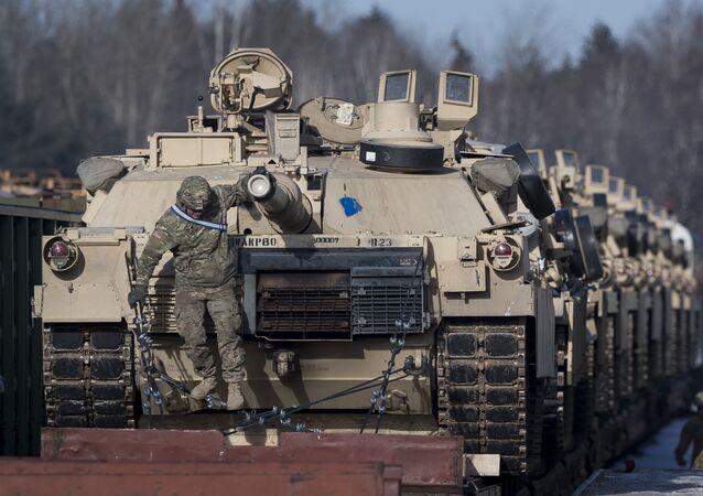 Des chars américains Abrams arrivent en Lituanie, en février 2017