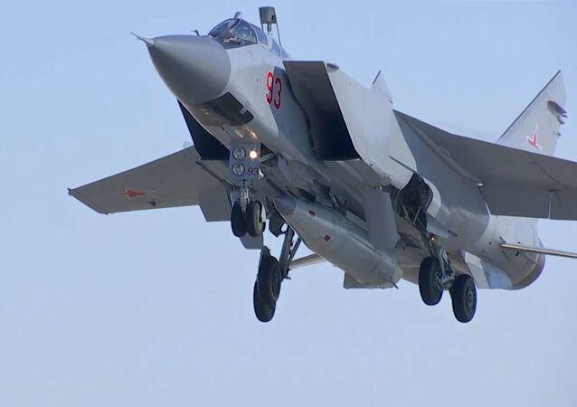Un MiG-31 russe porteur de missiles hypersoniques Kinjal, image d'illustration