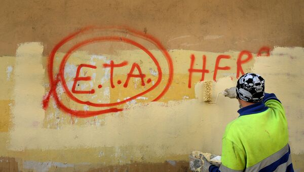 A municipal worker paints over graffiti reading ETA, The People Are With You in the Basque town of Guernica, Spain, October 21, 2011, the day after Basque separatist group ETA announced a definitive cessation of armed activity - Sputnik France