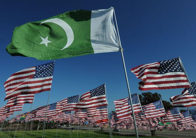 Les drapeaux du Pakistan et des USA