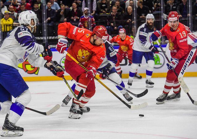 В центре: Артём Анисимов (Россия) в матче группового этапа чемпионата мира по хоккею между сборными командами России и Франции.