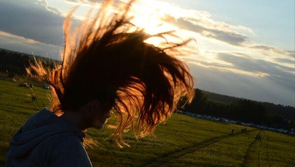 Une jeune fille aux cheveux longs - Sputnik France