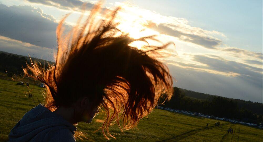 Une jeune fille aux cheveux longs / image d'illustration