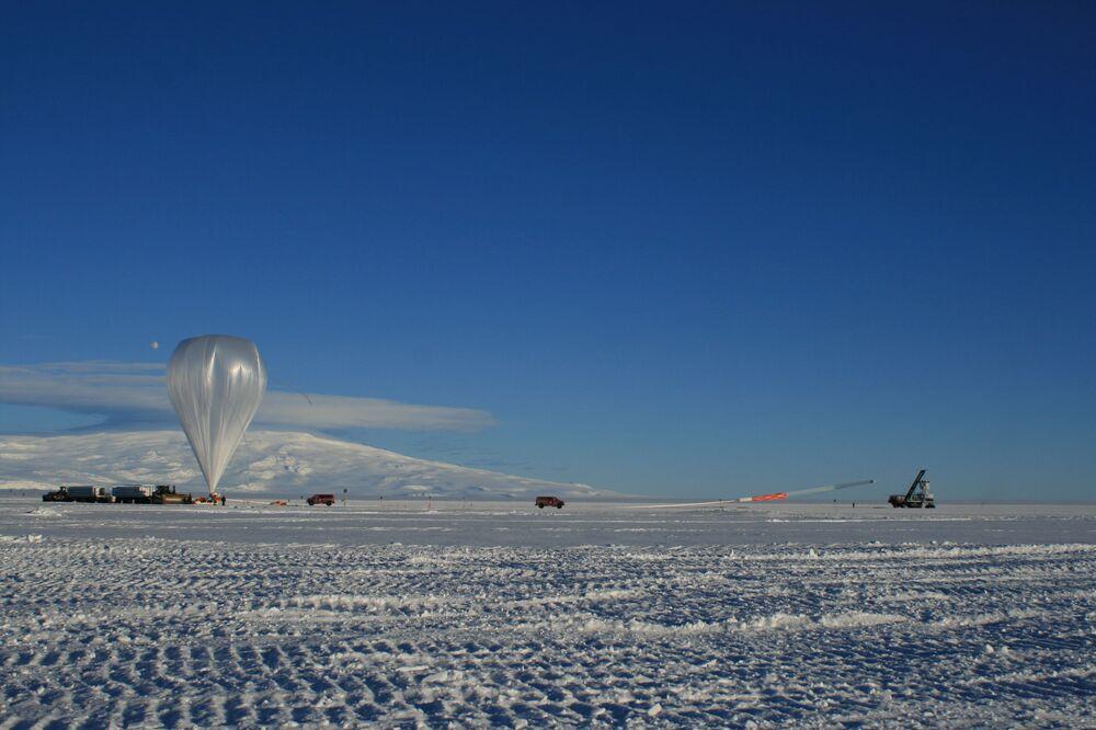 lancement d'un bloc ANITA à l'aide d'un ballon