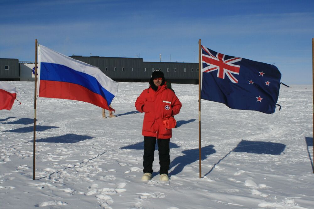 Alexandre Novikov, chercheur du MIFI, près des drapeaux de la Russie et de l'Australie, pays participant aux recherches sur l'Antarctique.