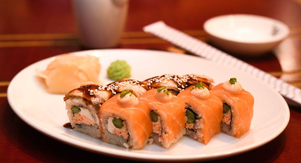Duo roll au saumon et à l'anguille au restaurant RIS à Volgograd