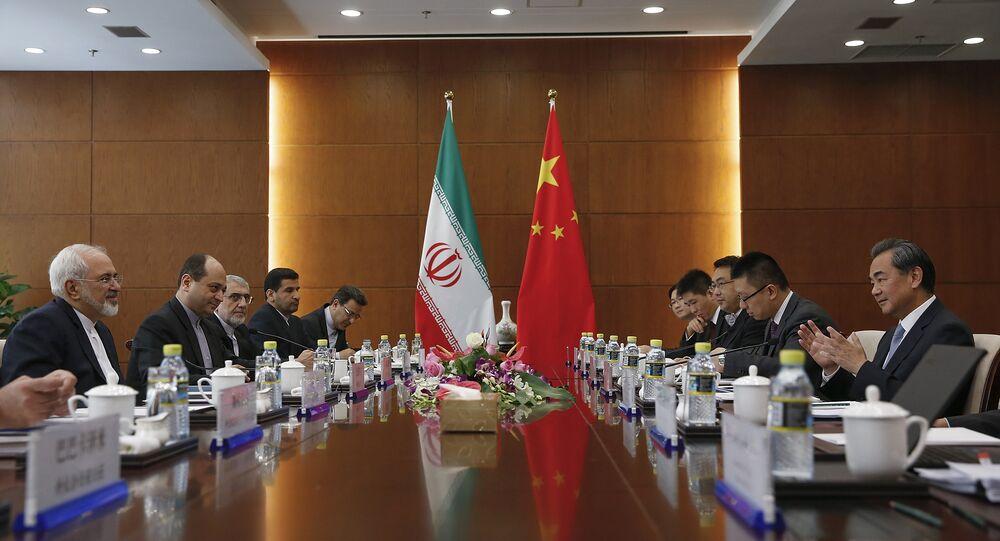 Le ministre chinois des Affaires étrangères Wang Yi, à droite, et le ministre iranien des Affaires étrangères Mohammad Javad Zarif, à gauche, assistent à une réunion bilatérale mardi 15 septembre 2015 à Pékin, Chine