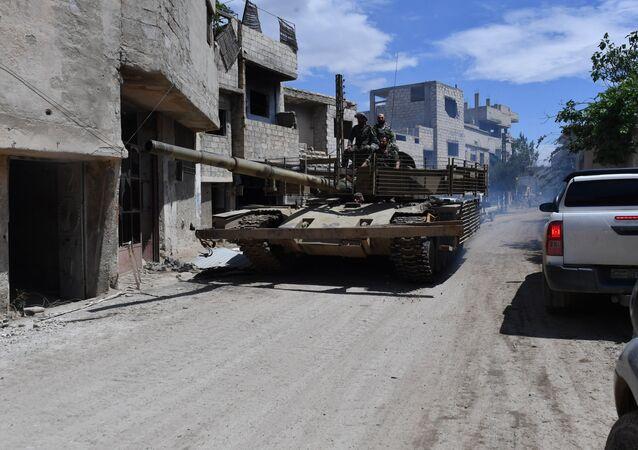 Un char sur le territoire de l'ancien camp des réfugiés palestiniens de Yarmouk, au sud de Damas