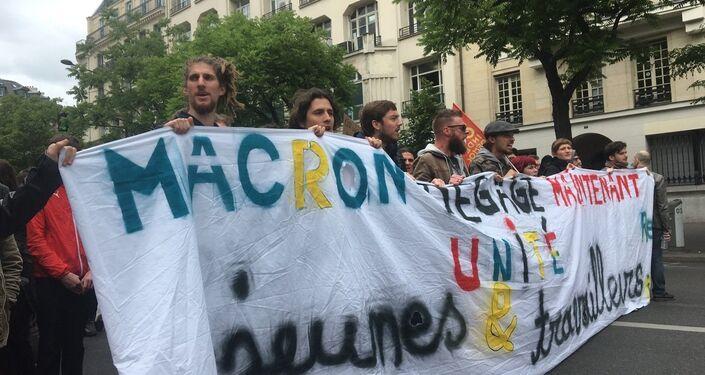 «Un an de Macron ça suffit»: des Parisiens manifestent