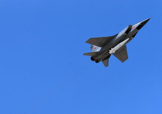 Des chasseurs polyvalents MiG-31 avec des fusées hypersoniques Kinjal