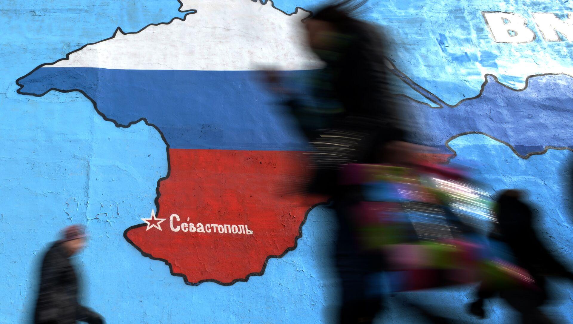 Un graffiti à Moscou représente la Crimée en couleurs du drapeau de Russie. - Sputnik France, 1920, 12.06.2021