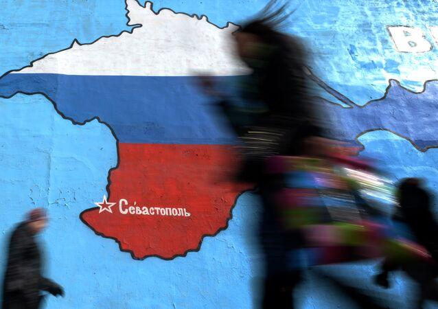 Un graffiti à Moscou représente la Crimée en couleurs du drapeau de Russie.