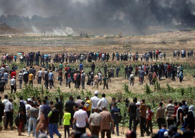 Des dizaines de milliers de Palestiniens de la bande de Gaza ont manifesté le 14 mai à la frontière avec l'État hébreu contre l'inauguration à Jérusalem de l'ambassade américaine en Israël