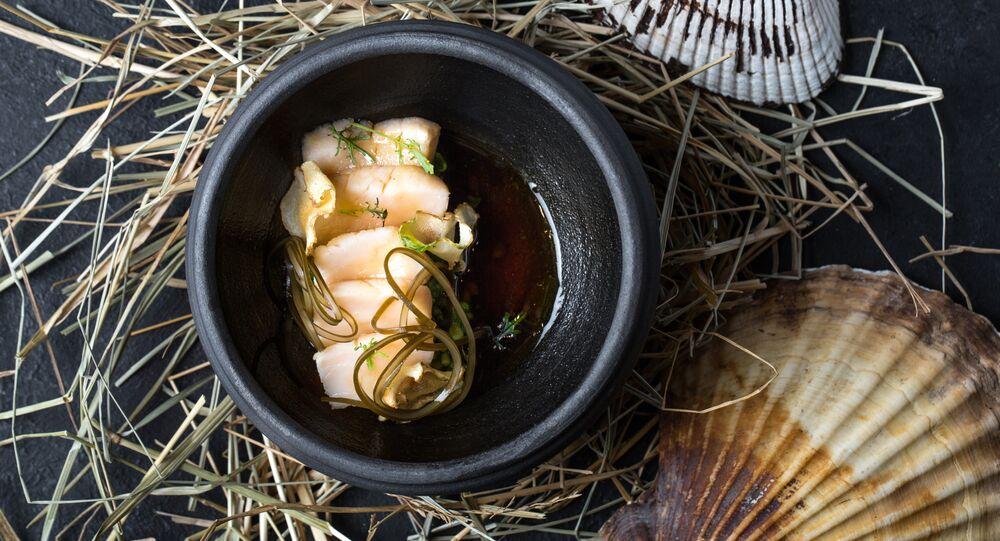 Coquilles Saint-Jacques glacées au capucin et au bouillon umami dans le restaurant Baran-Rapan