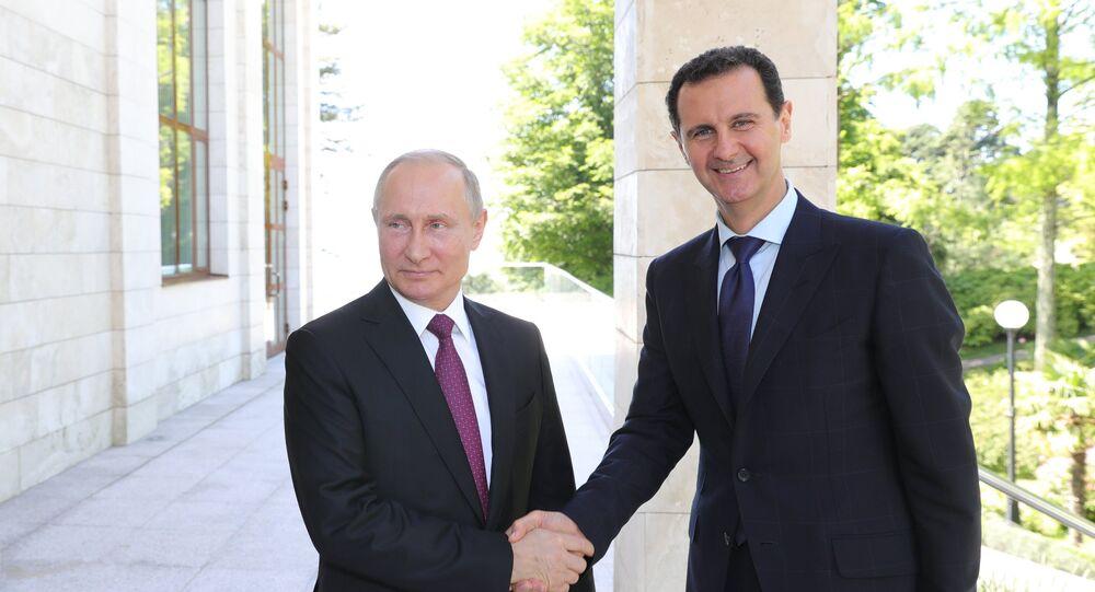 Le président russe Vladimir Poutine rencontre le président syrien Assad à Sotchi (photo d'archive)