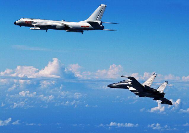 Xian H-6 et Su-30 chinois