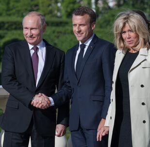 Vladimir Poutine et Emmanuel Macron et Brigitte Macron