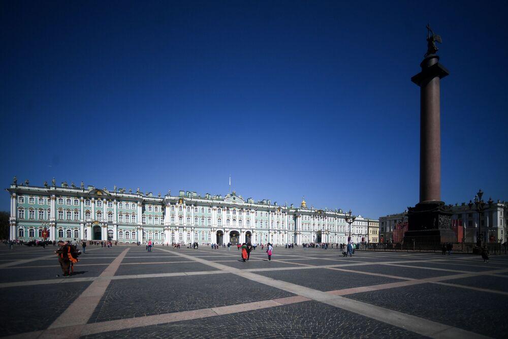Sur la photo: le Musée de l'Ermitage et la Colonne d'Alexandre sur la place du Palais à Saint-Pétersbourg.