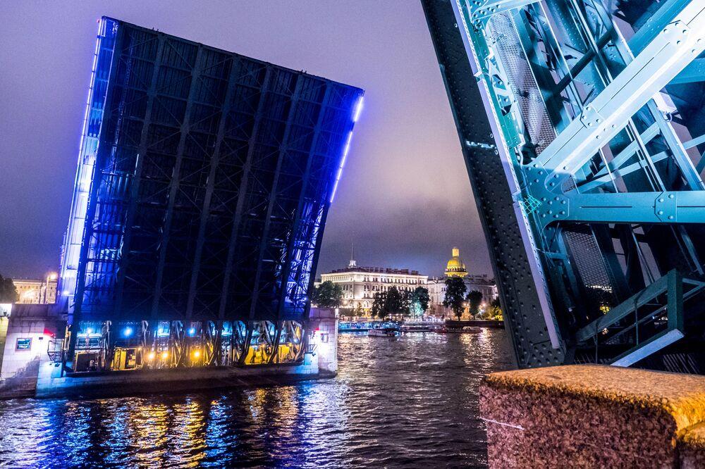 Les ponts-levis sont une des curiosités de la ville. Sur la photo: la levée du pont du Palais à Saint-Pétersbourg.