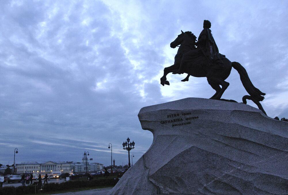 Sur la photo: monument dédié à Pierre le Grand, Cavalier de bronze sur la place du Sénat à Saint-Pétersbourg pendant les nuits blanches.