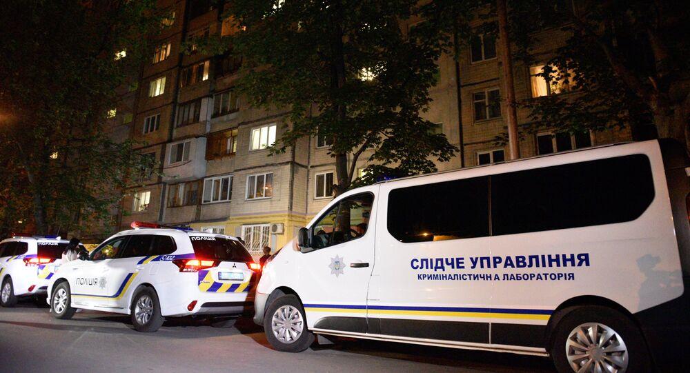 La police et les journalistes devant la maison de Kiev où le journaliste Arkadi Babtchenko
