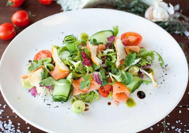 Salade au saumon fumé peu salé à l'avocat au café-pizzeria Peperoncino