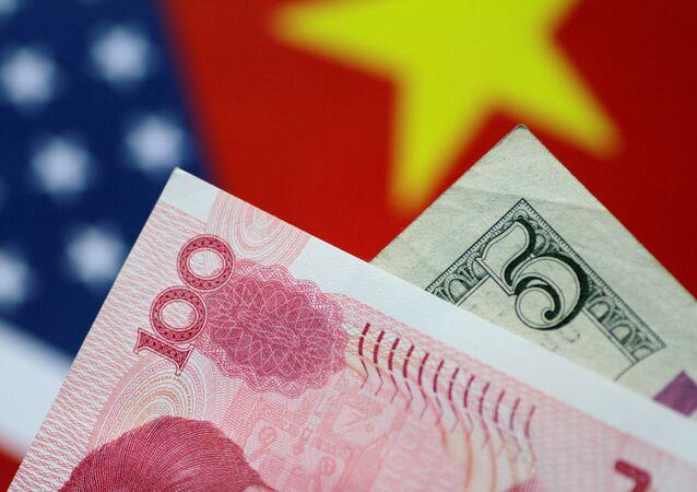 Billets de dollars et yuans