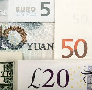 Billetes de euro, dólares estadounidenses, libras y yuanes