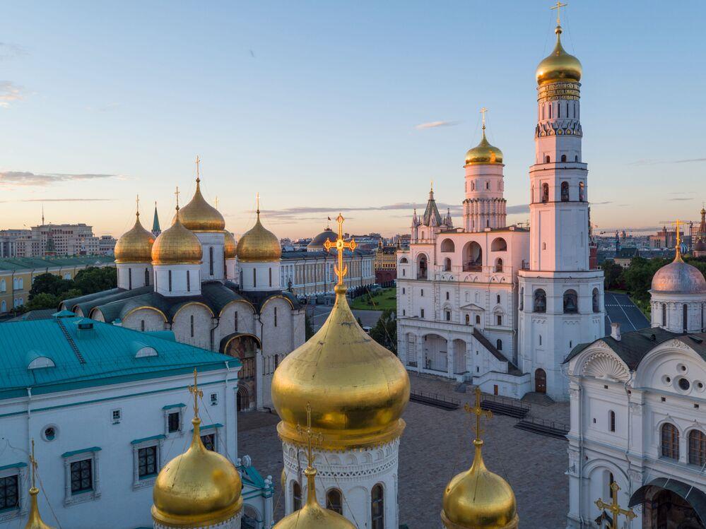 Le clocher d'Ivan le Grand, l'église des Douze Apôtres, l'église de l'Annonciation, le Palais à Facettes dans le Kremlin de Moscou.