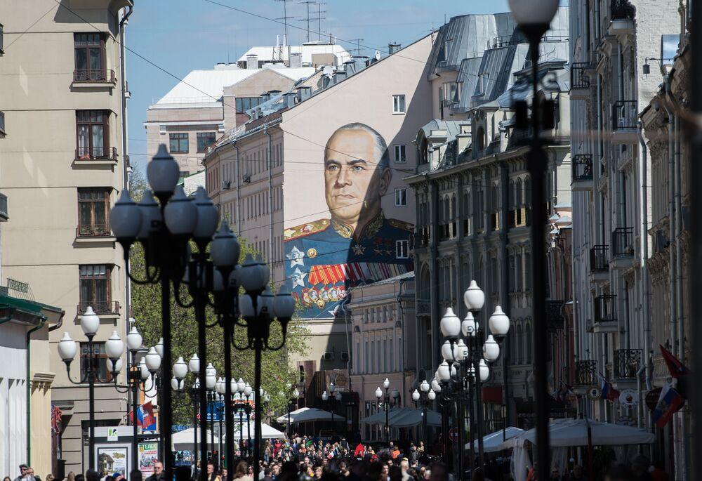 Un graffiti représentant le maréchal Gueorgui Joukov sur le mur d'un immeuble rue Stary Arbat.
