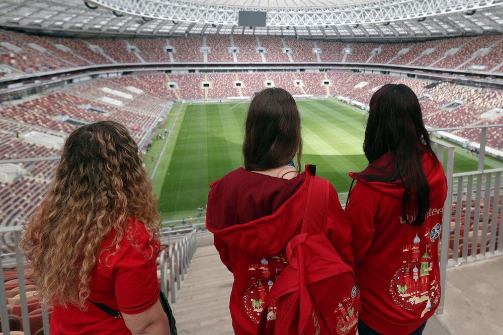 Des volontaires dans la Grande arène sportive Loujniki à Moscou.