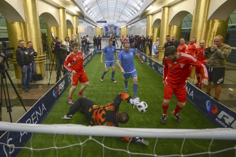 Joueurs dans une rame de métro avant le match de foot sur le quai de la station de métro Mejdounarodnaïa à Saint-Pétersbourg.